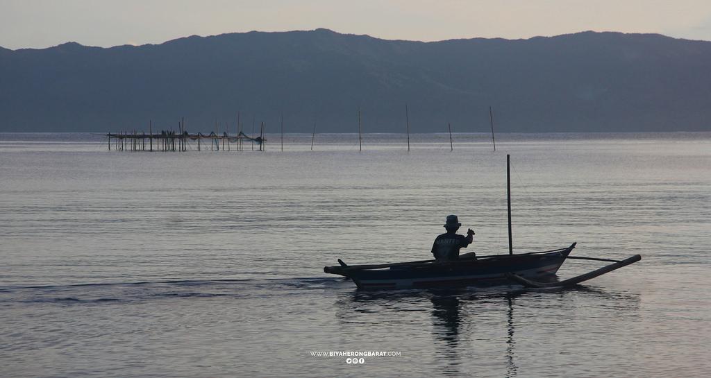 Bacon sorsogon boat man paguriran island lagoon bicol beach